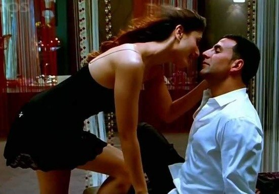 kareena-kapoor-and-akshay-kumar-hot-kissing-scenes-bold-lip-lock-kiss-photos